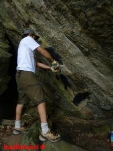 Ale removendo a pichação da rocha