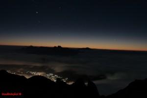 Teresópolis com os Três Picos ao fundo, durante o amanhecer