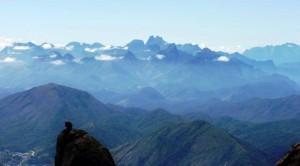 Visual, com a Verruga do Frade no primeiro plano, e os Três Picos ao fundo