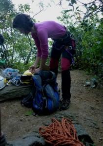 Medindo a glicemia antes da escalada, na base da via, depois de já ter tido uma hipoglicemia no caminho.